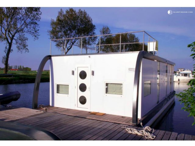 Beautifully-Charming-Houseboat